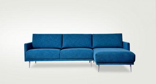 Štýlová dizajnová sedačka Atlanta v modrej látke.