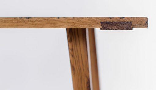 Detail na roh jedálenského masívneho stola CHALUPAR.