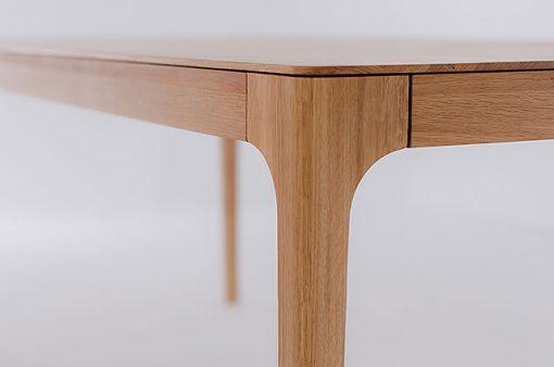 Detail na roh jedálenského celomasívneho stola Creativ.