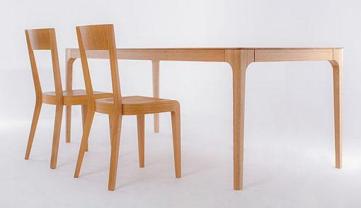 Creativ je celo-masívny jedálenský stôl stôl so skutočne tenkým vzhľadom stolovej dosky.