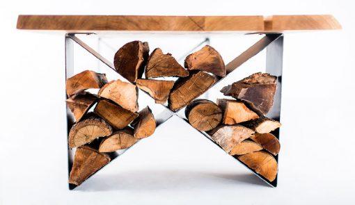 Pohľad na stôl a lavicu NATURIST, nohy stoly slúžia ako úložný priestor na drevo.