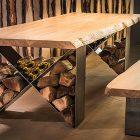 Pohľad na stôl a lavicu NATURIST, nohy stoly slúžia ako úložný priestor na drevo a víno.
