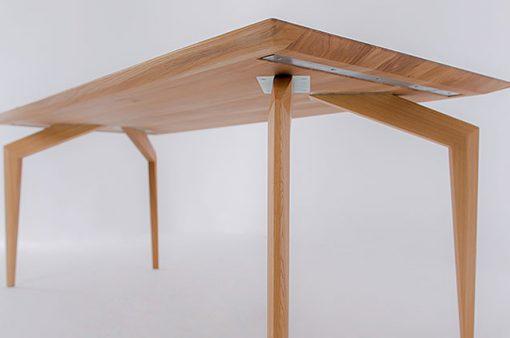 Detail na spodok výrazného dizajnového celomasívneho stola SPIDER.