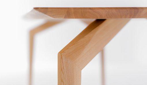 Detail na roh výrazného dizajnového celomasívneho stola SPIDER.