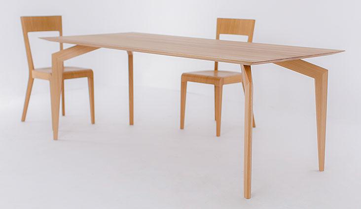 Výrazný dizajnový celomasívny stôl SPIDER so stoličkami.